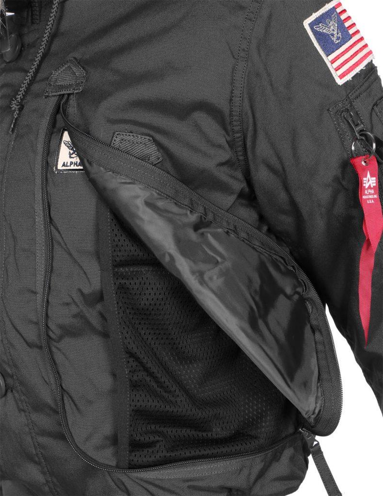 1403bea102 További lehetőség a pakolásra vagy kezünk melegen tartására a kabát elején  található két szintén óriási méretű zseb, valamint a mellkas részen a ferde  ...