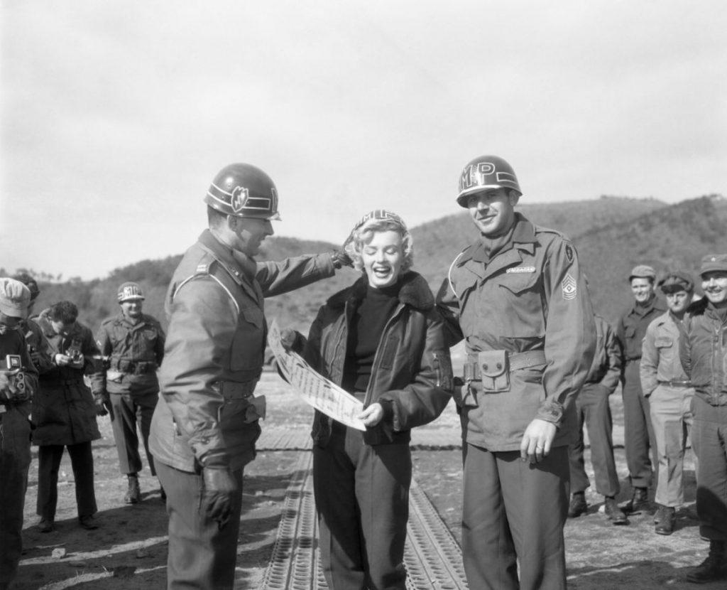 e2673efeecc Nagyon népszerű volt a kabát a katonák körében, a koreai háború idején az ő  szórakoztatásukra érkező Marilyn Monroe szintén B-15-ös modellt viselt.